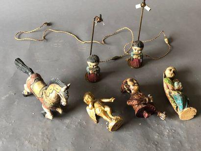 Lot de bibelots décoratifs en bois polychrome...