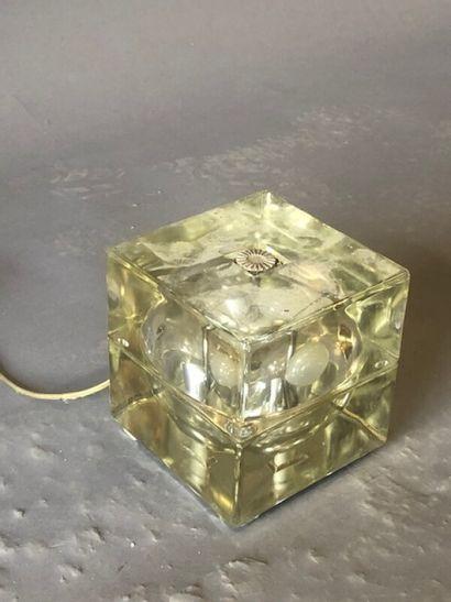 Lampe moderne cubique en verre renfermant...