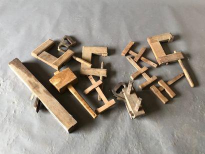 Lot d'outils anciens en bois dont serre-joints,...