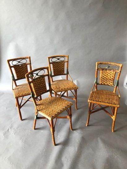 Quatre chaises paillées de bistrot. Le dossier...