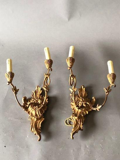 Paire d'appliques en bois doré à deux lumières...