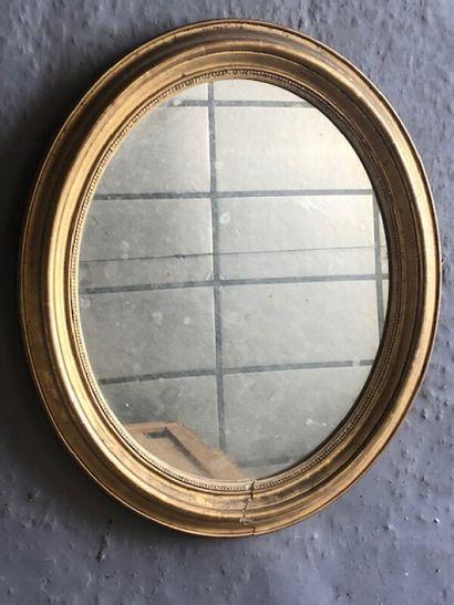 Miroir ovale en bois et stuc doré ovale à...