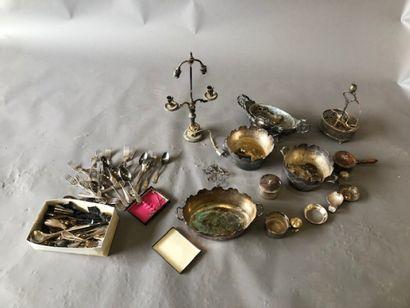 Manette : Lot de bibelots en métal argenté...
