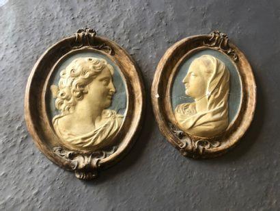 Deux médaillons en plâtre peint formant pendant....