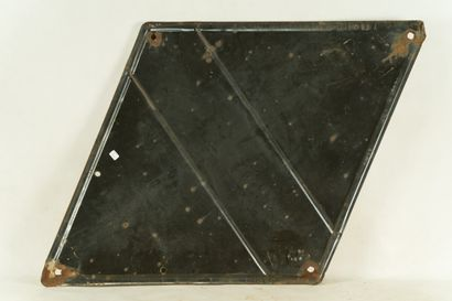 RENAULT.  Sans mention d'émaillerie, vers 1940.  Plaque émaillée plate en losange...