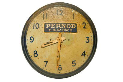 PERNOD Export (Apéritif).  Sans mention d'émaillerie, vers 1955.  Pendule murale...
