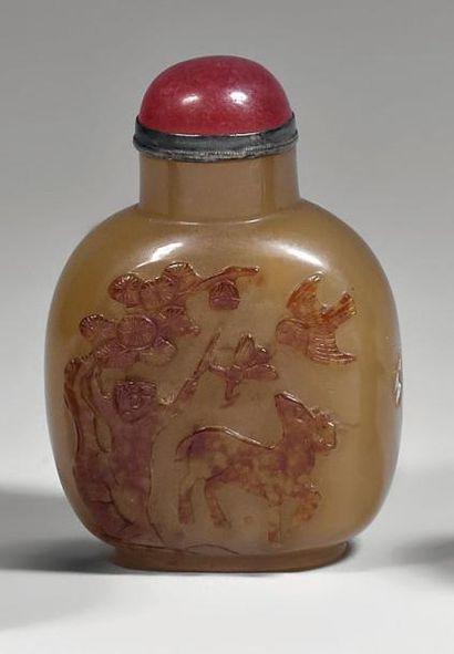 Flacon tabatière de forme balustre en agate, décoré en relief dans une veine brune...