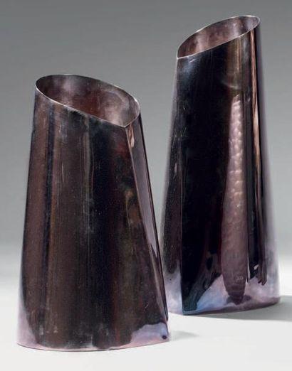 ARMANI CASA Caneva Deux vases en métal argenté à corps cylindrique galbé sur base...