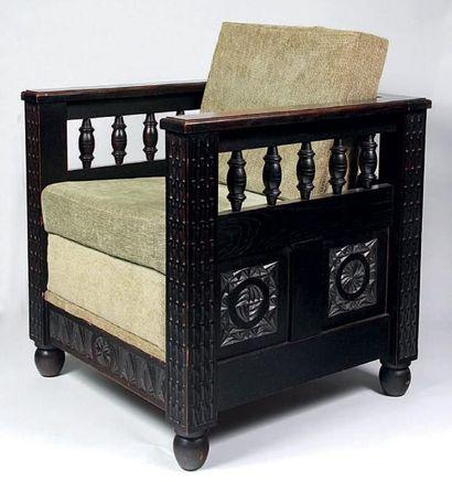 Mobilier de salon en chêne sculpté de cannelures tronquées et rosaces comprenant:...