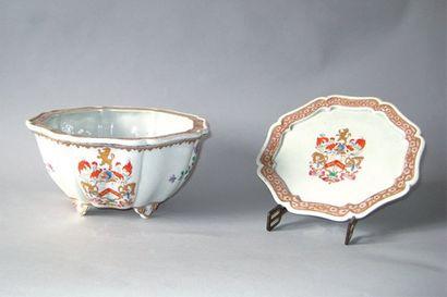 Jatte creuse et son présentoir en porcelaine,...