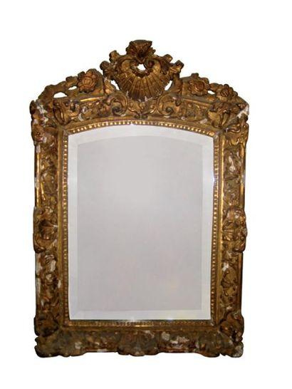 Miroir en bois et pâte doré et richement...