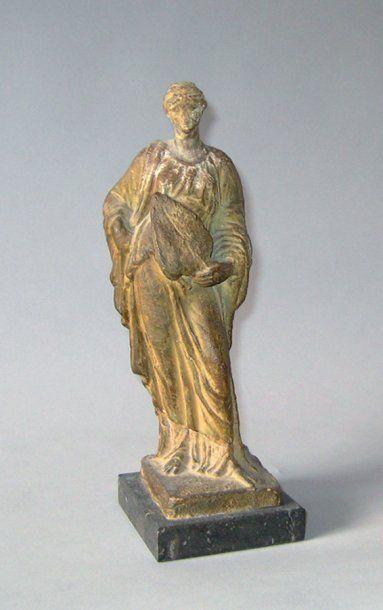 Statuette de femme en terre cuite dans le...
