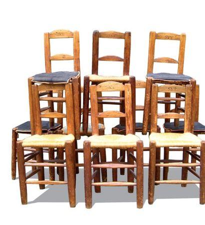 Suite de 10 chaises en bois naturel, à assise...