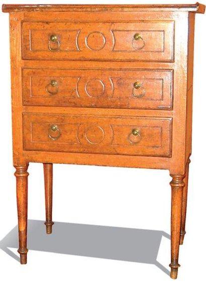 Petite commode en bois naturel, ouvrant à 3 tiroirs, reposant sur des pieds fuselés...