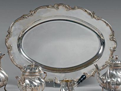 Plat ovale en argent, à contours et moulure...