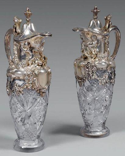 Importante paire d'aiguières en cristal taillé...