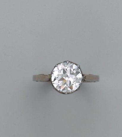 Bague en platine sertie d'un diamant demi-taille....