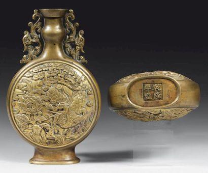Paire de vases de forme gourde en bronze...