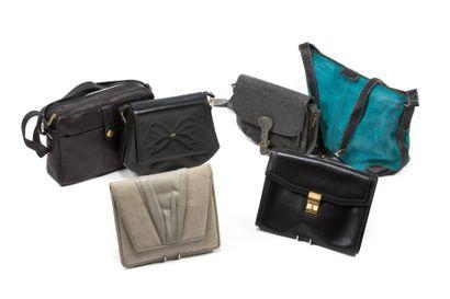 LOT de trois sacs à main et deux pochettes...