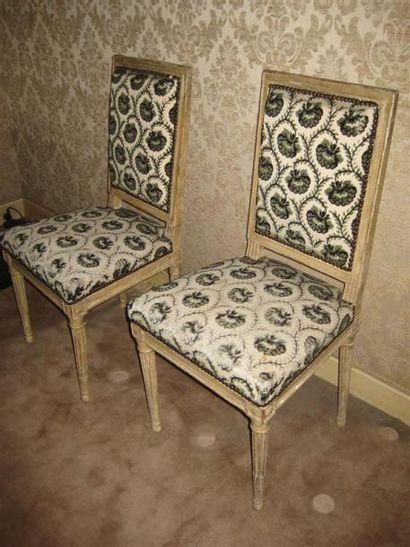 Paire chaises en bois laqué de style Louis...