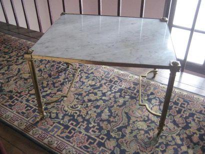 Petite table piétement en laiton, plateau...