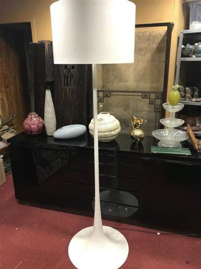 Lampadaire laqué blanc. H :177.5 cm
