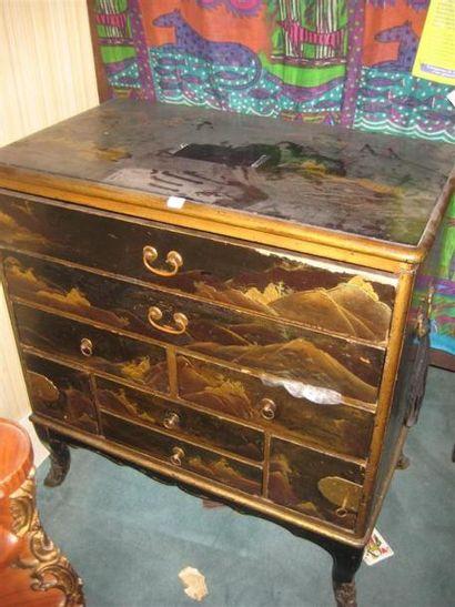 Petit cabinet chinois en bois laqué à décor...