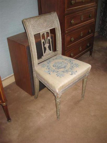 Chaise en bois peint gris à dossier renversé...
