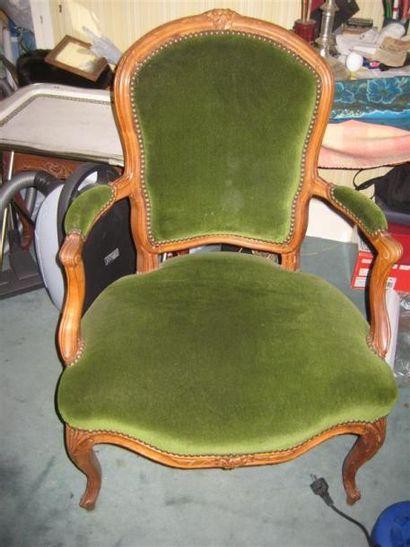 Paire de fauteuils en bois naturel mouluré,...