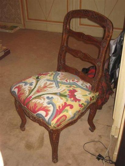 Chaise Louis XV en bois naturel à barrettes....