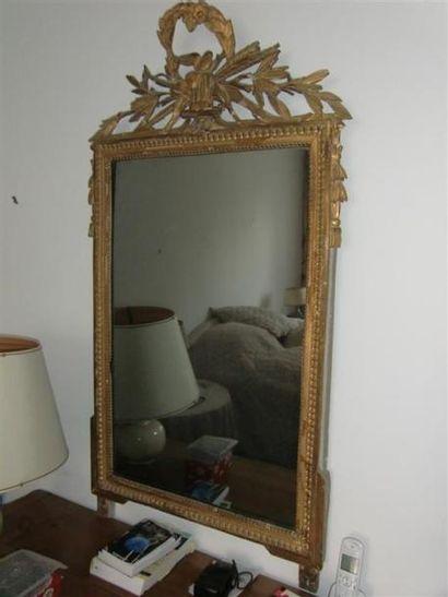 Miroir en bois mouluré et sculpté, fronton...