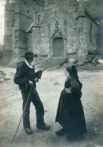 Photographe non identifié. Deux bretons conversant,...