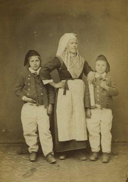 Emile MAGE. Femme et ses enfants vers 1880....
