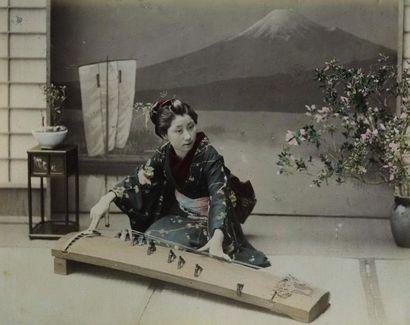 Photographe non identifié. Japon, musicienne...