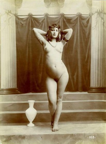 Photographe non identifié. Nu féminin à l'antique,...