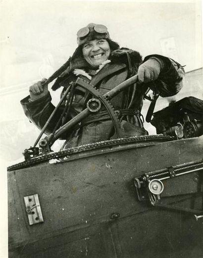 URSS: femme aviatrice, 1933. Tirage argentique...