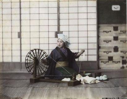 Photographe non identifié. Japon, femme tissant...