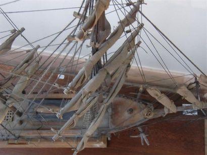Maquette de voilier ancien sous globe H. 69 cm x L. 82 cm x P. 32 cm