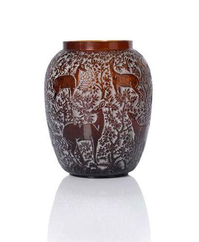LALIQUE Vase dit Biche Verre H.: 17 cm.