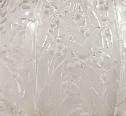 RENE LALIQUE (1860-1945) Rare suspension known as Mistletoe ball Glass (light splinters...