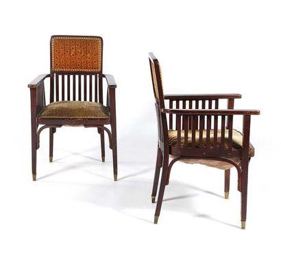 JACOB & JOSEF KOHN (XIX-XX) Paire de fauteuils Bois, tissu, laiton 93 x 60 x 57 cm....
