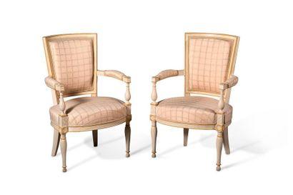 Paire de fauteuils à dossier rectangulaire