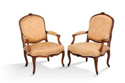 Paire de larges fauteuils à dossier plat