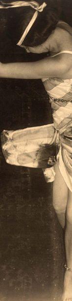 DRTIKOL FRANTISEK (1883-1961) «Ervina Kupferova allongée», photographie originale....