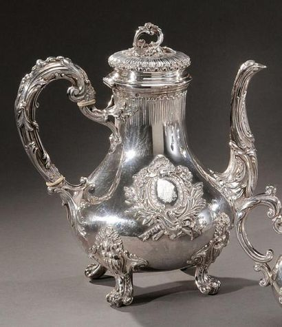 Cafetière en argent de style Louis XV. Monogramme....