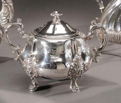 Sucrier en argent de style Louis XV. Chiffré...