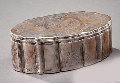 Petite boîte argent et vermeil de forme oval...