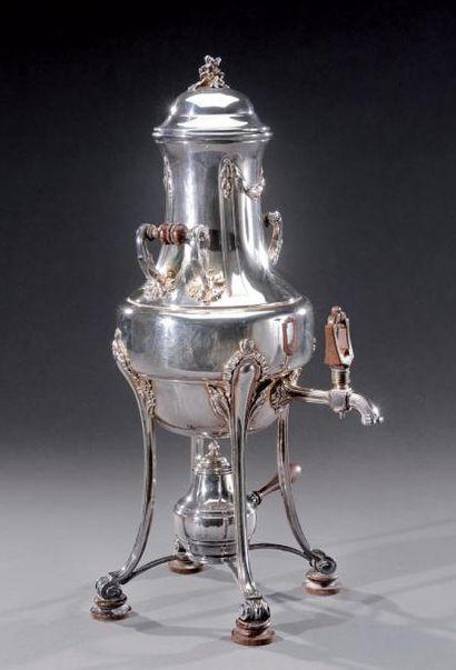 Fontaine à thé en argent de style Louis XVI....