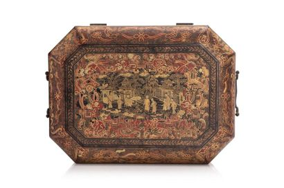 Chine, fin XIXe siècle  Boîte à ouvrage, de forme octogonale allongée, en bois laqué...