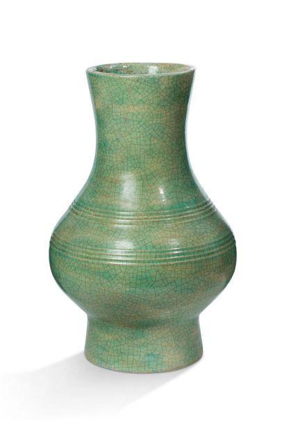 Chine, XXe siècle  Vase en céramique émaillée...